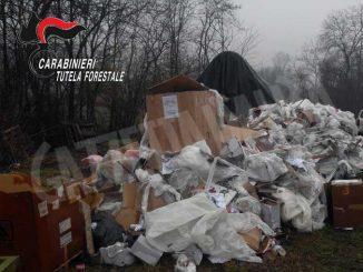 Avevano gettato rifiuti vicino al rio Colania, individuati, multatie costretti a pulire 2