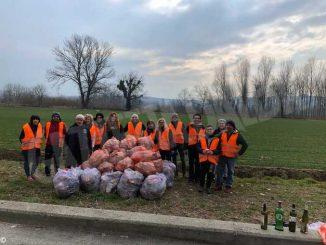 Domenica ecologica a Santa Vittoria: i volontari ripuliscono l'area dietro il centro commerciale