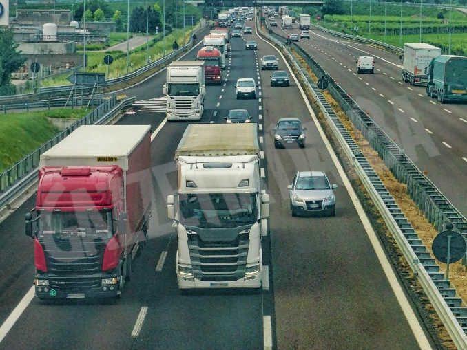 Foto d'archivio traffico autostradale