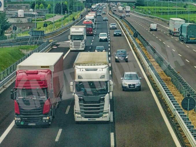 Traffico camion strada