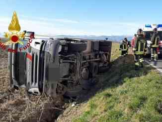 Autotreno si ribalta: ferito il conducente