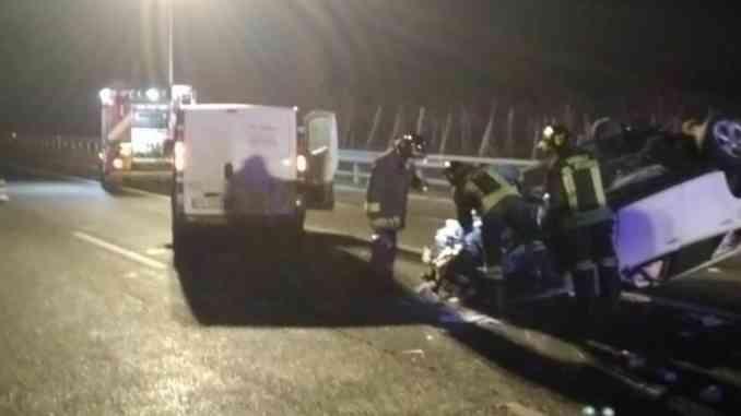 Nella notte auto si ribalta dopo scontro con furgone