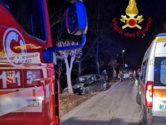 Finiscono con l'auto contro un albero a Benevello. Tre giovani feriti, una ragazza di 25 anni trasferita al Cto