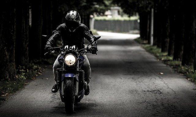Con la moto sfreccia in centro a 149 km/h: multa da 847 euro e patente sospesa per almeno 6 mesi