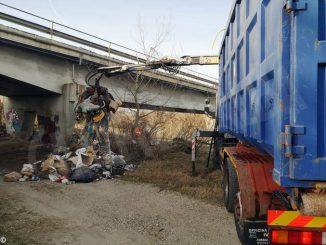 Rimossi i rifiuti abbandonati nei pressi del ponte sul Tanaro