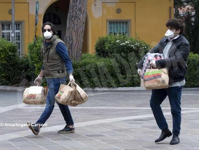 La pandemia fa emergere gli eroi, i don Abbondio e gli irresponsabili 2