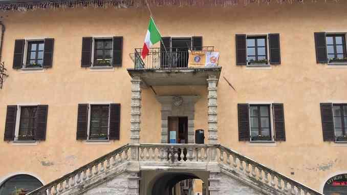 """Il sindaco di Limone Piemonte ammaina bandiera dell'Unione Europea: """"Non aiuta i paesi colpiti da Coronavirus"""""""