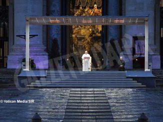Papa Francesco in piazza San Pietro: «Benedici il mondo, non lasciarci in balia della tempesta»