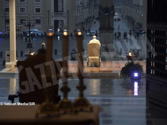 Papa Francesco in piazza San Pietro: «Benedici il mondo, non lasciarci in balia della tempesta» 1