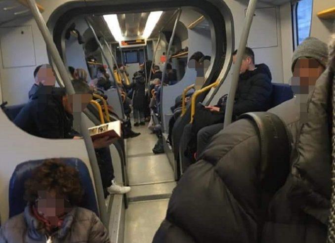 """Una lettrice scrive indignata: """"Altro che Coronavirus, ridotti i vagoni, pendolari stipati sul treno Torino-Alba"""" 1"""