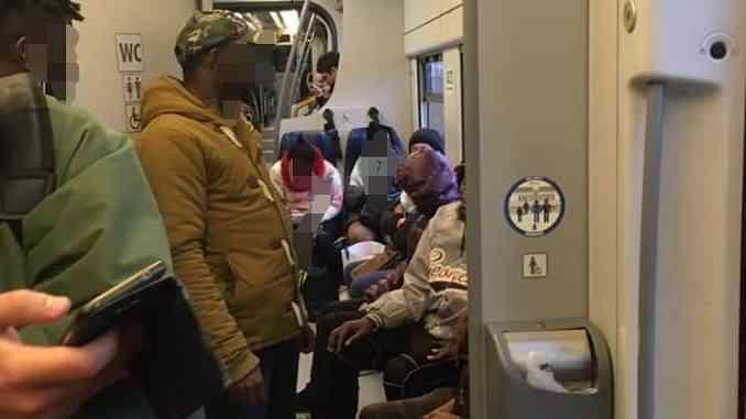 """Una lettrice scrive indignata: """"Altro che Coronavirus, ridotti i vagoni, pendolari stipati sul treno Torino-Alba"""""""