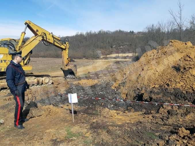Sotterravano rifiuti con un escavatore in un terreno affittato a Pralormo
