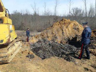 Sotterravano rifiuti con un escavatore in un terreno affittato a Pralormo 1