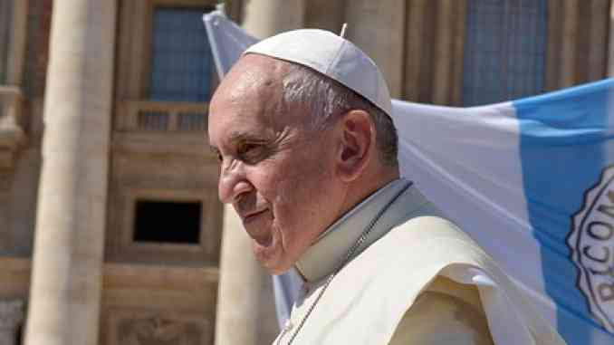 """Coronavirus, Papa Francesco esce e compie un piccolo pellegrinaggio a piedi """"per la fine della pandemia"""""""