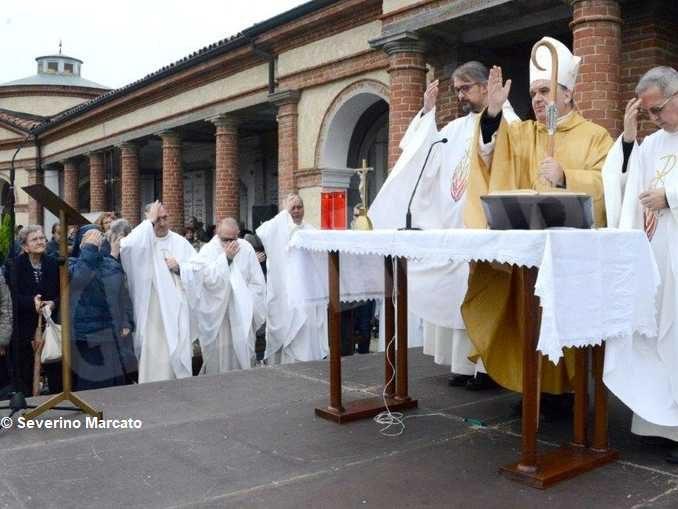 Monsignor Marco Brunetti torna al santuario della Moretta e prega nel cimitero di Alba