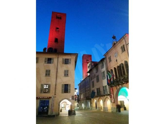 Luci tricolori sulle piazze di Alba, Treiso, Santo Stefano Belbo e Savigliano