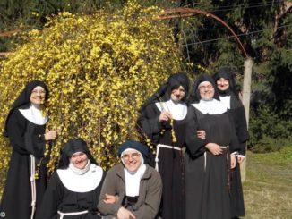 Le Clarisse braidesi inviano corone del Rosario ai ricoverati in ospedale