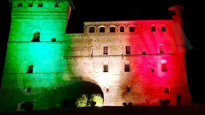 Il tricolore spicca di notte sul castello di Grinzane Cavour
