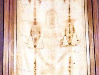 Sabato santo: monsignor Nosiglia pregherà davanti alla sindone 1