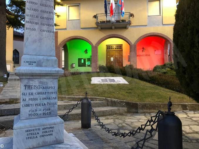 Luci tricolori sulle piazze di Alba, Treiso, Santo Stefano Belbo e Savigliano 1
