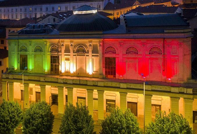 Anche il Teatro Politeama a Bra illuminato col Tricolore