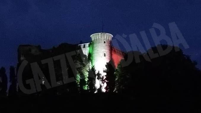 Il castello di Monticello è illuminato con il tricolore