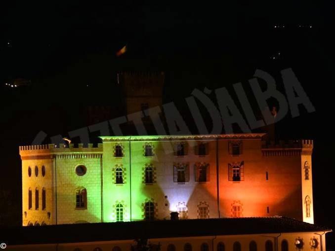 Il castello di Barolo è illuminato con il tricolore