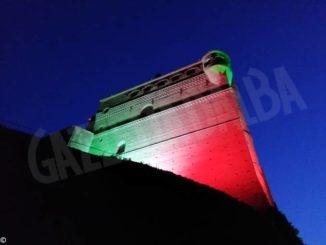 Il castello di Serralunga illuminato col tricolore fino al 2 giugno