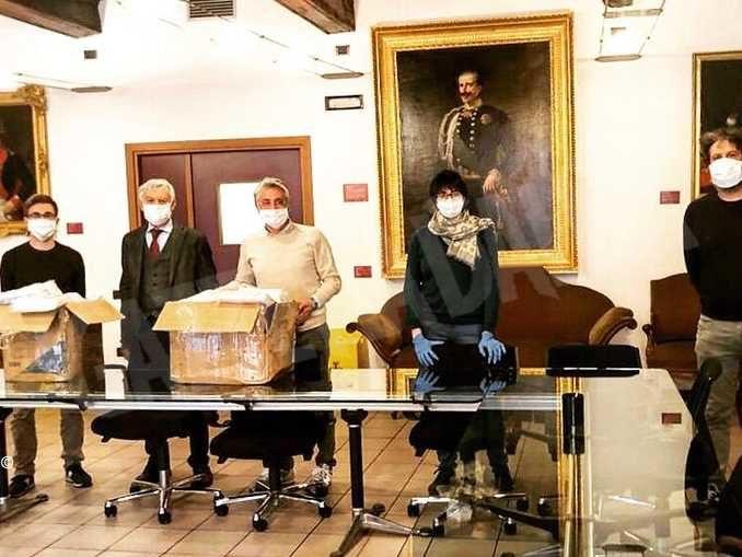 Il Comune di Alba distribuisce le mascherine a chi ha più di 65 anni