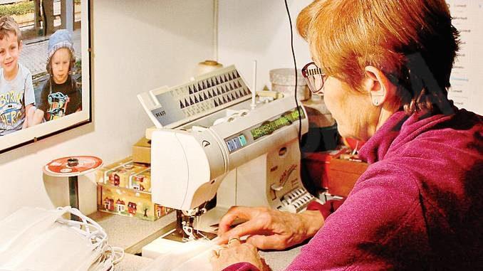 Caterina e l'emozione di cucire le mascherine