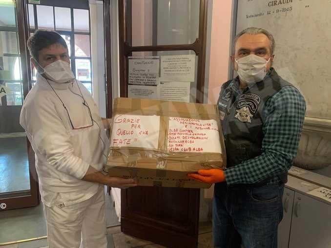 I sei motoclub albesi portano dolciumi agli operatori dell'ospedale di Alba