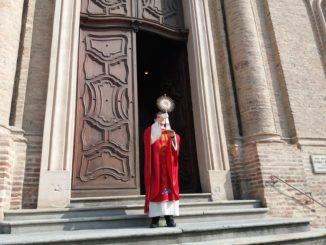 A Corneliano e Piobesi benedizione pasquale dal sagrato delle parrocchiali