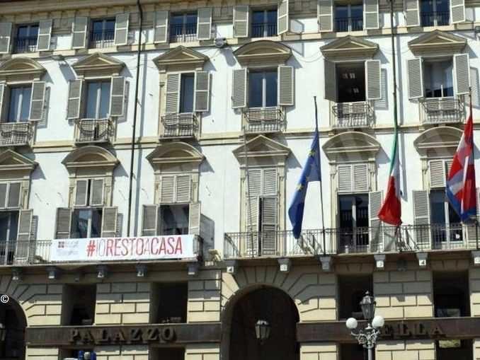 Io resto a casa, striscione di sei metri affisso al palazzo della Regione a Torino