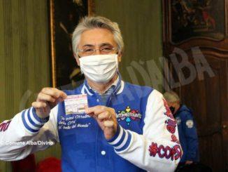 I sei motoclub albesi uniti per fare beneficenza presentano al sindaco la loro lotteria 1