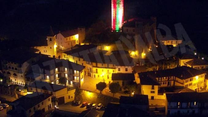 Castiglione Falletto: la torre del castello illuminata coi colori della bandiera italiana