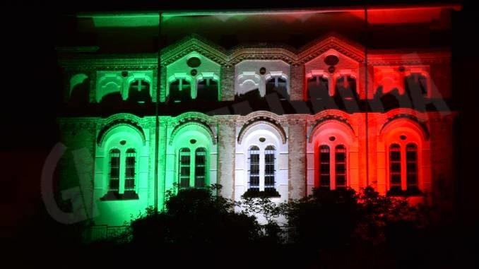 Anche Dogliani Castello è illuminato con i colori della bandiera italiana
