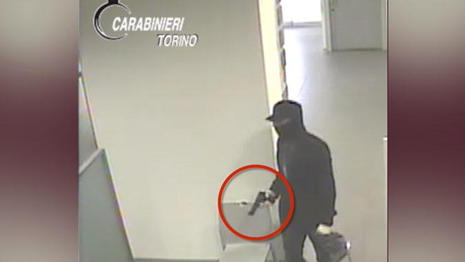 Rapina una banca e scappa con l'auto del padre: arrestato