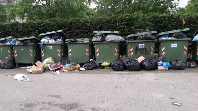Accumulo di rifiuti nell'area ecologica dei Tetti blu di viale Masera 1