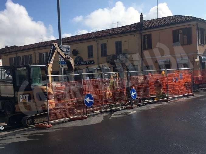 Lavori nella rotonda di via Vittorio Veneto a Bra, traffico deviato