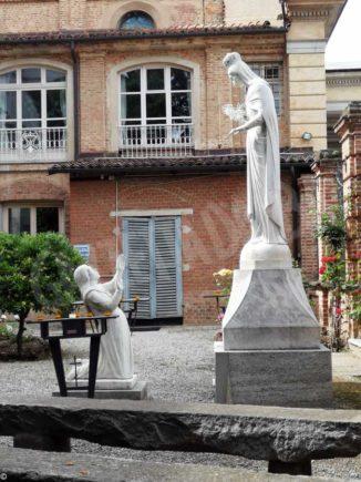 Nuova collocazione per la statua di Egidia Mathis nel giardino del pruneto del santuario