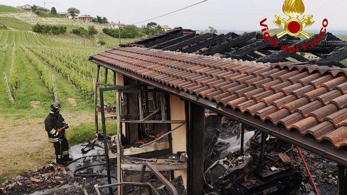 In fiamme una rimessa agricola in frazione Bosi: distrutti quattro trattori