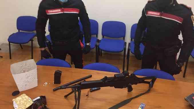 Minaccia una vicina con un fucile da soft-air: denunciato per minacce e atti persecutori