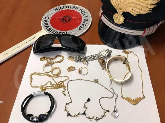 Con un amico ruba i gioielli della nonna: denunciati due giovani a Costigliole d'Asti