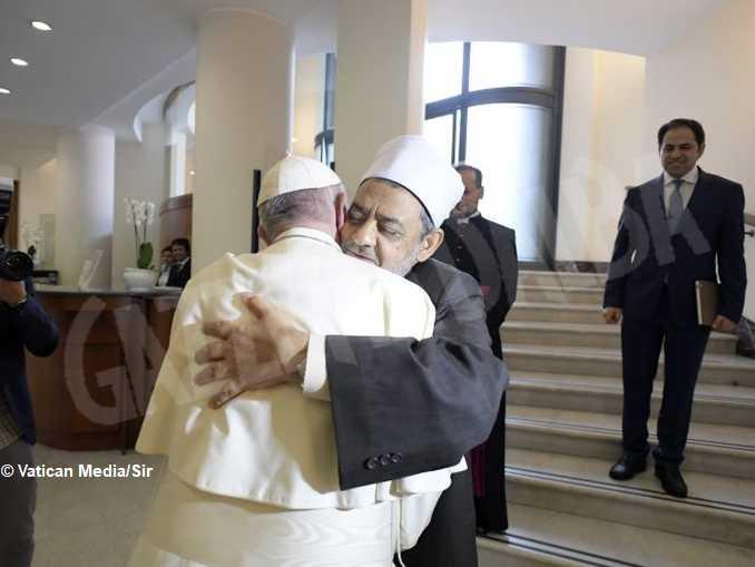 imam di al-azhar abbraccia papa francesco – foto vatican media -sir