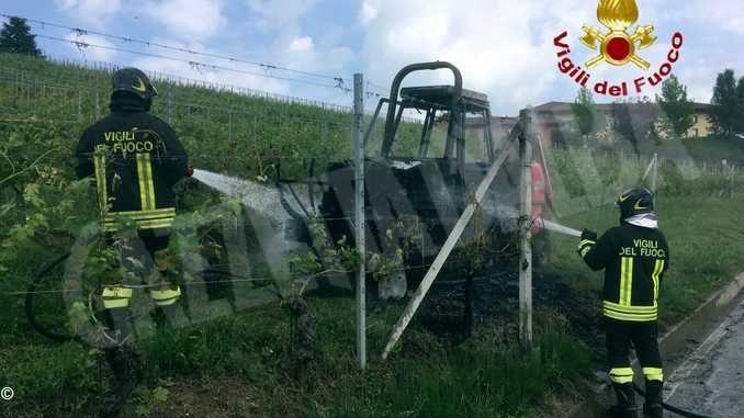 Durante i lavori nella vigna va a fuoco un trattore dell'Enologica