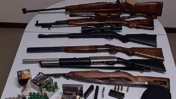 I Carabinieri forestali sequestrano cinque fucili e cinque pistole a padre e figlio sospettati di bracconaggio
