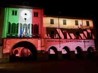 Il Municipio di Alba illuminato, fino a domenica 28 giugno, di rosa e tricolore per il Giro d'Italia