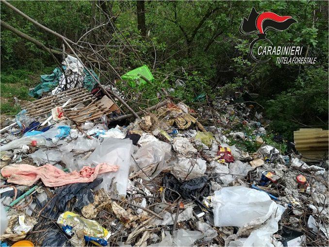 Abbandonano 50 metri cubi di rifiuti in un bosco a Sommariva Perno: denunciati