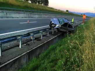 Auto fuori strada, ferito conducente sbalzato dall'abitacolo