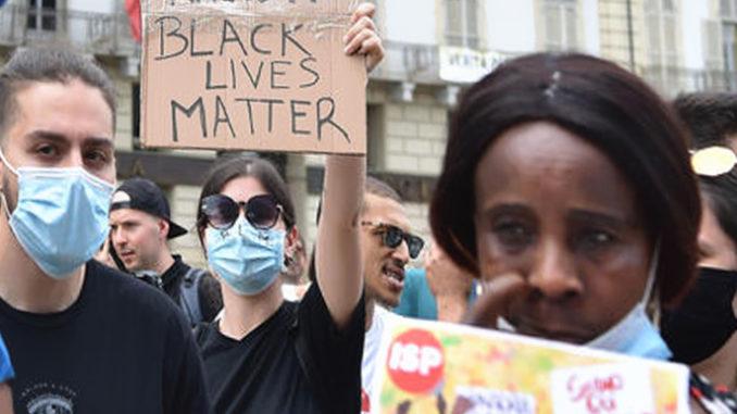 Duecento in piazza a Torino, città è ancora razzista